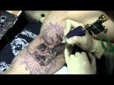 Процесс нанесения татуировки череп