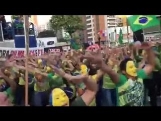 Manifestantes dançam Fora, Dilma em ato contra o governo, em Fortaleza