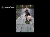 Chinese tourists get really scared walking on glass bridge - Video Dailymotion