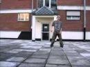 парень очень хорошо танцует