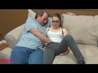 Пока жена спит рядом муж трахает ее сестренку