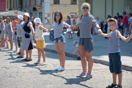 Смугастий рекорд: в Одесі встановили національний рекорд найдовшого живого ланцюга з людей у тільниках
