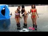 Девушки в бикини на зимней рыбалке