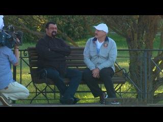 Национальная кухня, арбузы и сало: Лукашенко встретился со Стивеном Сигалом в своей резиденции