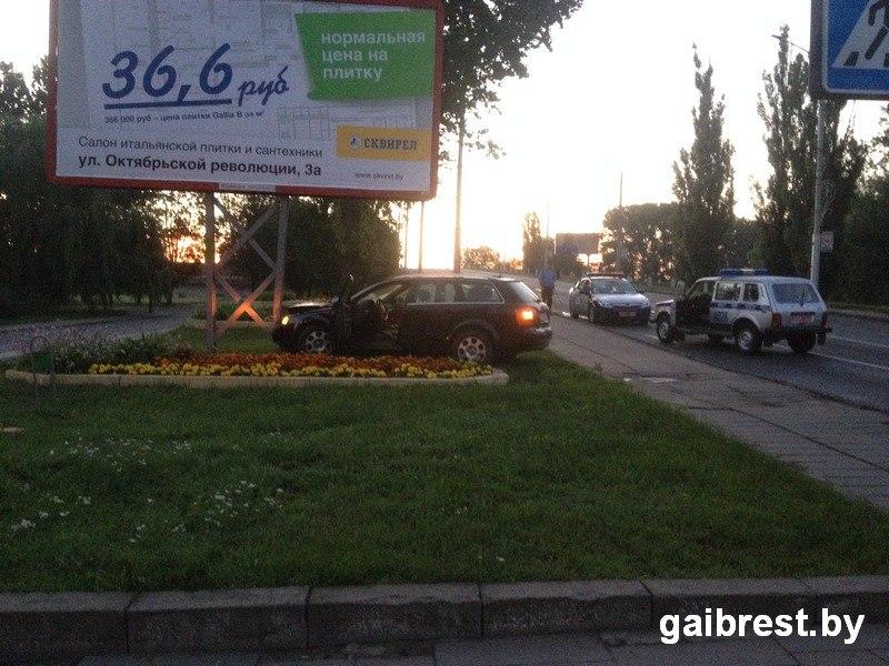 Водитель на AUDI, пытаясь скрыться от милиции, въехал в билборд на Машерова
