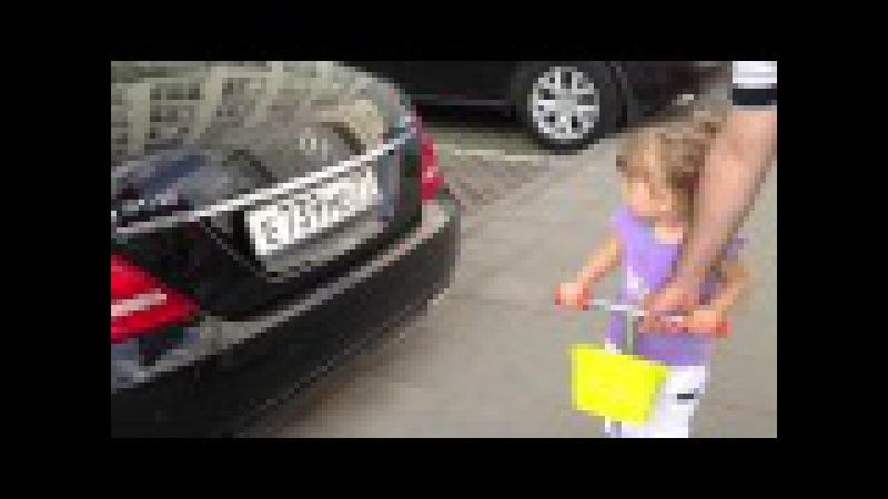Ребенку 2 годика, и она уже знает все марки машин! | BigFail