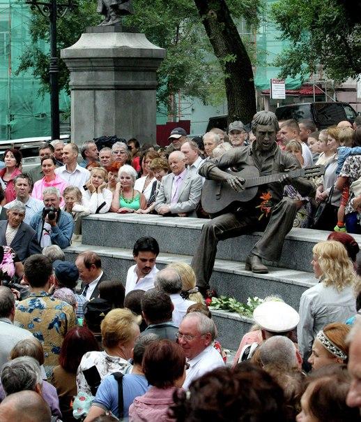 Памятник Высоцкому во Владивостоке