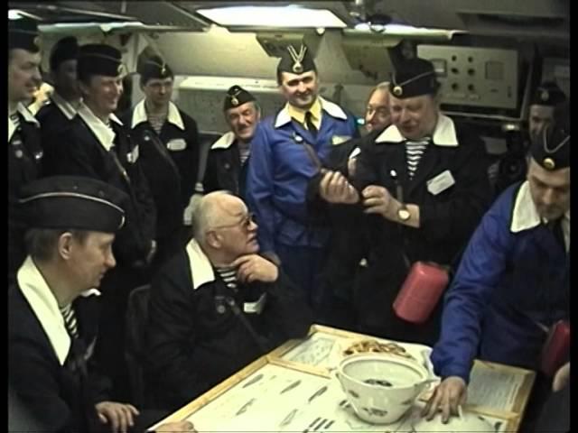 Адмирал В.А. Попов посвящает главнокомандующего В.В. Путина в подводники