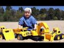Машинки на песке и малыш Даник - Играем рабочими грузовыми машинками