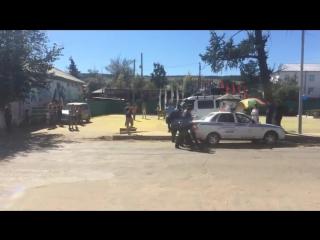 Команду КВН Хара Морин задерживает полиция в Кяхте. (заламывают руки и заталкивают в машину)