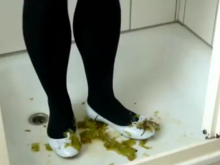 Jana crush, fill, wet, squeaky and messy her shiny white Ballerina flats with gr