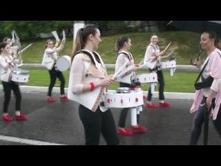 И дождь не помеха красивым девчонкам-барабанщицам