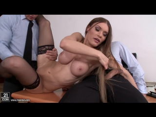 Сексапильную суку с большими сиськами ебут в офисе