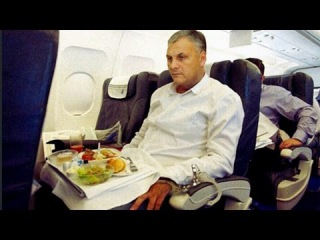 Губернатора Сахалина в наручниках в самолёте везут в Москву