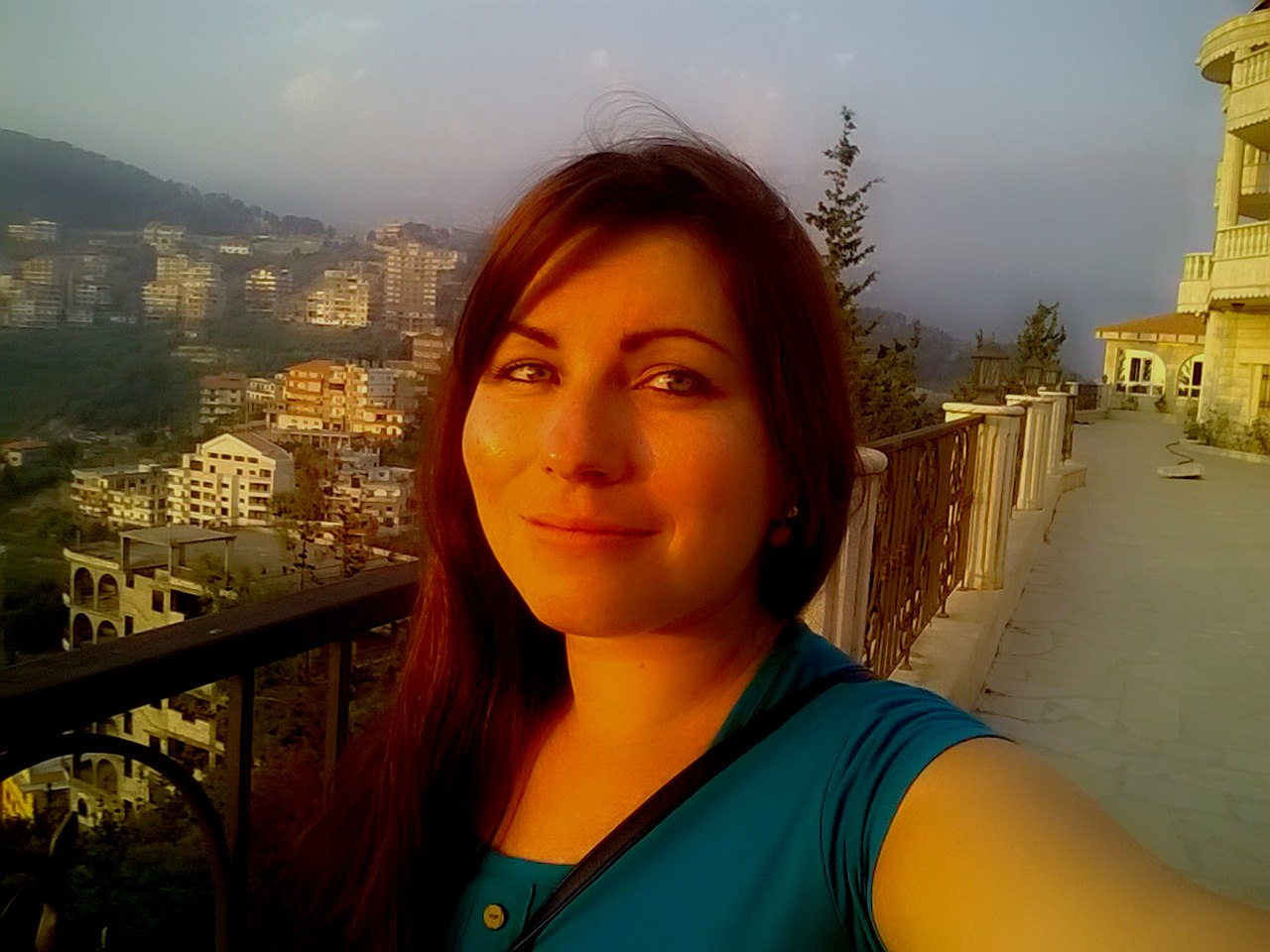 Ливанская женщина на жёлтом диване видео онлайн фото 194-416