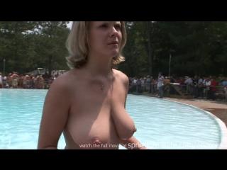 Голые девки купаются в бассейне видео