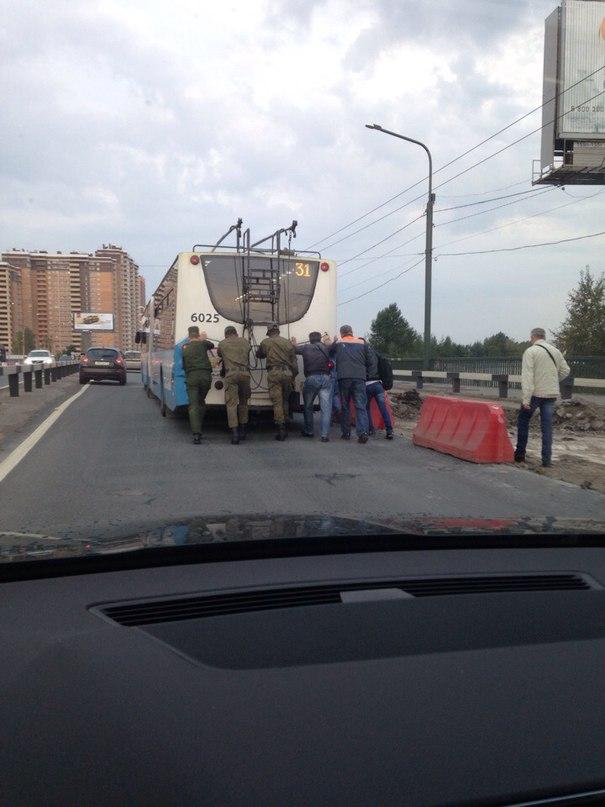 В СПб пассажиры помогли троллейбусу преодолеть сложный участок дороги