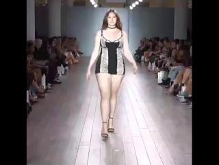 Показ нижнего белья plus size