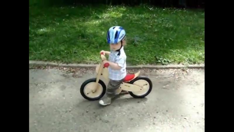 Piotrus i rowerek biegowy LIKEaBIKE Mini