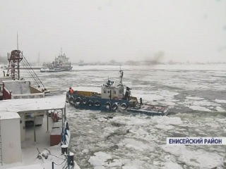 На севере края ледокол вышел на Енисей пробивать путь единственному работающем