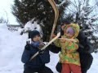 Чистим снег во дворе Играем в хоккей дети против папы / We clean snow in the yard we play hockey