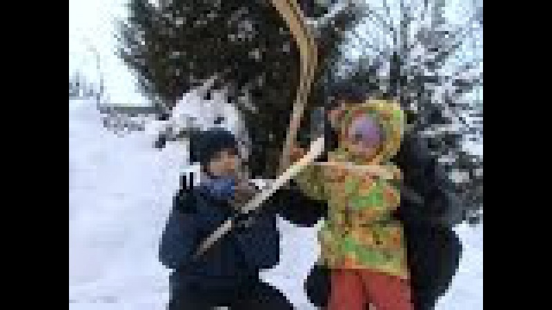 Чистим снег во дворе Играем в хоккей дети против папы / We clean snow in the yard we play hockey