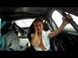 грудастая девушка в автомобиле
