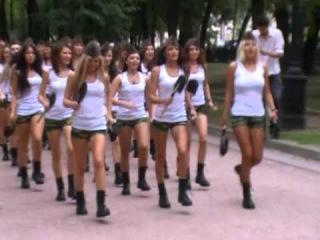 Красотки маршируют по бульвару в поддержку Стройбати