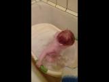 мой сыночек принимает ваную