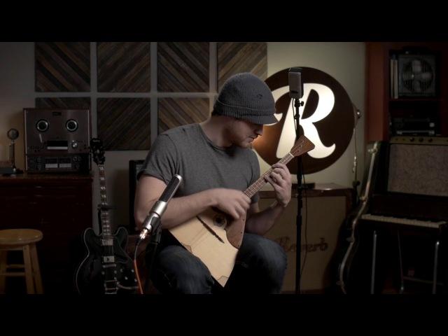 Балалайка в руках гитариста виртуоза