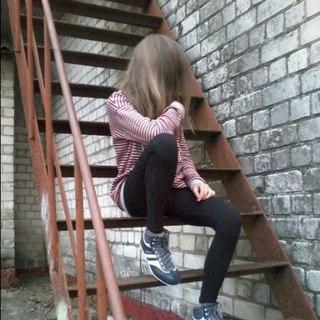 Фото девушки с русыми волосами со спины на аву в контакт