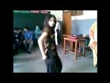 Larki nay apni class mai aesa dance kia kh kapry tk utar dyee- لڑکی نے جوش میں ہوش کھو دیا