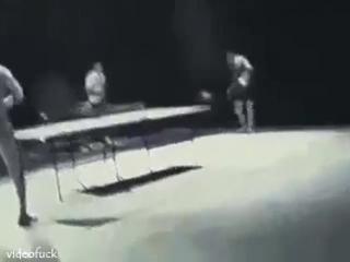 Брюс Ли играет нунчаками в настольный теннис