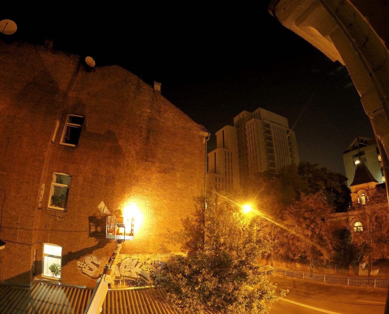 На стене одного из домов города появилась загадочная девочка