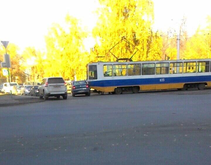 Уфа: трамвай взял на таран легковой автомобиль