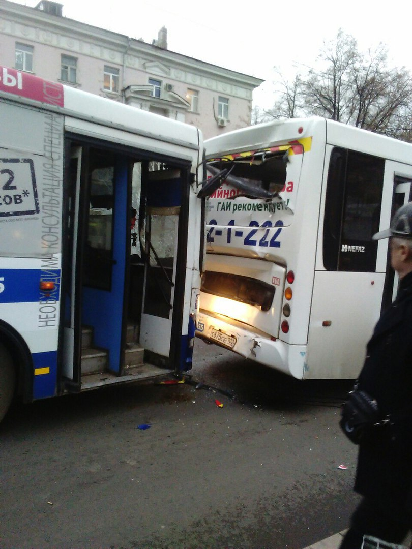 Фото: В Уфе Нефаз протаранил автобус, большая пробка