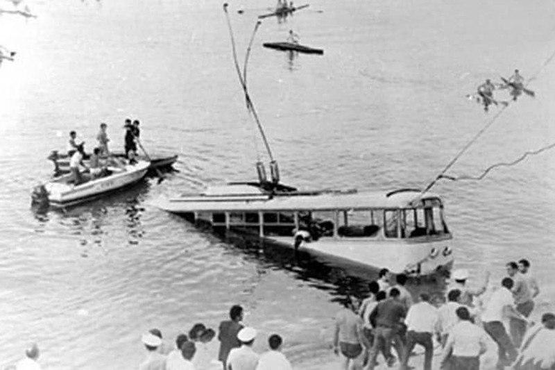 16 сентября 1976 года, в Ереване сорвался в воду троллейбус, проезжавший по дамбе. Девяносто два пассажира оказались на десятиметровой глубине. Случайно, чемпион мира по подводному плаванию Шаварш Карапетян оказался на месте падения троллейбуса, он вытащил 46 пассажиров, но только 20 человек смогли вернуть к жизни. <br>— Что же было тогда самым страшным? <br>— Я точно знал, что, несмотря на всю мою подготовку, меня хватит лишь на определенное количество погружений. Там на дне видимость была нулевая, поэтому я на ощупь хватал человека в охапку и плыл с ним наверх. Один раз я вынырнул и увидал, что в руках у меня… кожаная подушка от сиденья. Я смотрел на нее и понимал, что цена моей ошибке — чья–то жизнь. Эта подушка потом не раз снилась мне по ночам.<br>#интересно