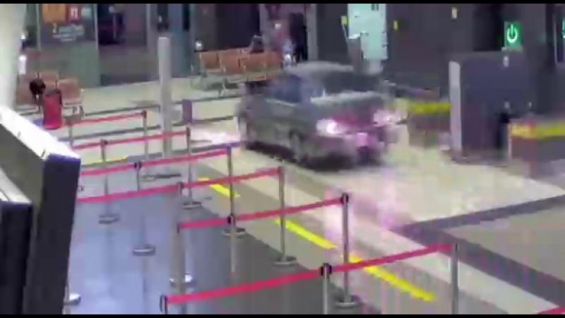 Упоротый следак катается в аэропорту Казани