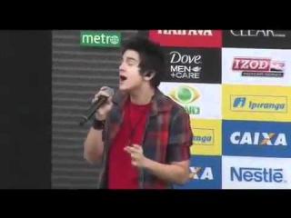 Luan Santana paga mico cantando hino nacional e cai no chão