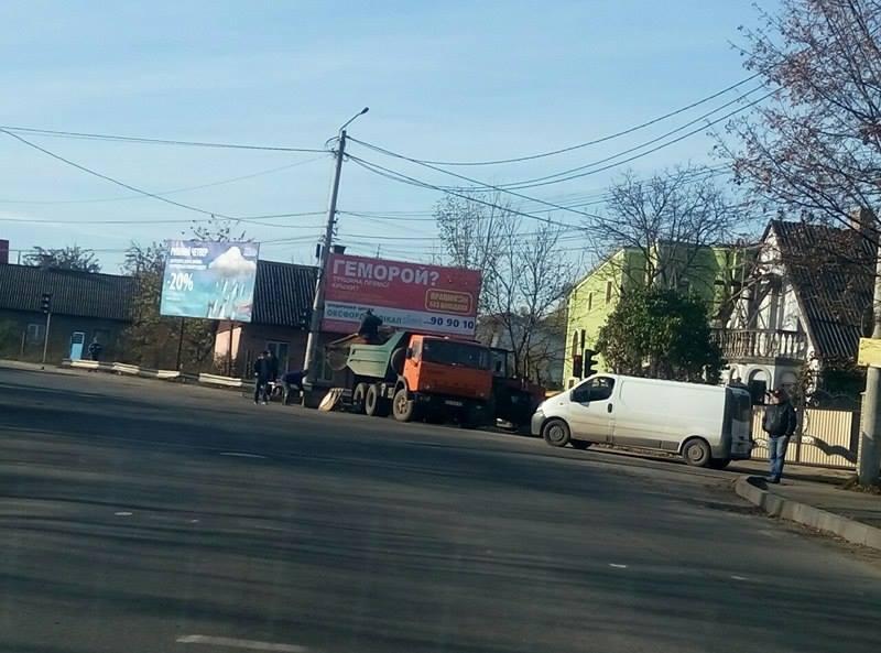 На перехресті Винниченка та Кармелюка — затори: ведуться ремонтні роботи