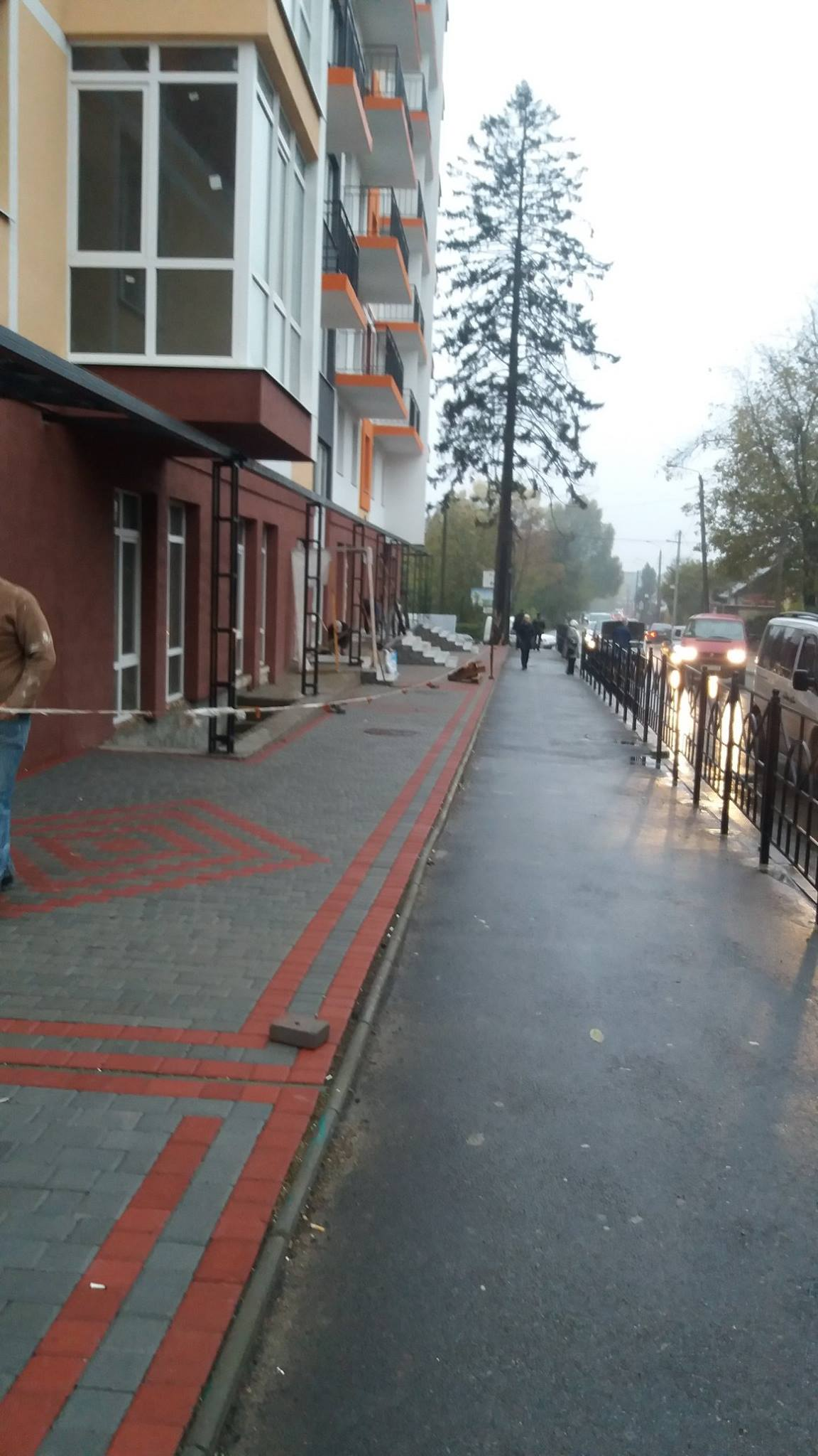 """""""Небезпечне місце для руху пішоходів"""": чернівчани скаржаться на новобудову (ФОТО)"""