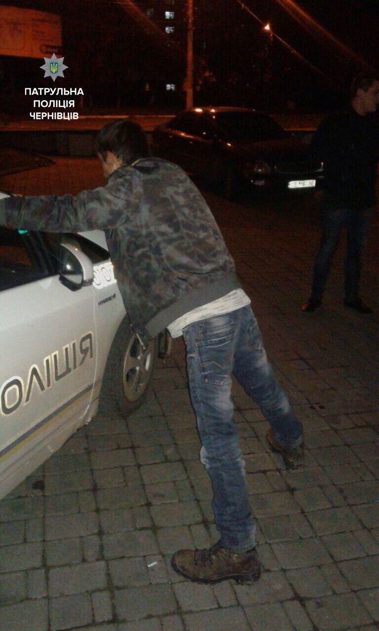 За ніч затримали трьох чоловіків з наркотиками. Один із них мав при собі зброю (ФОТО)