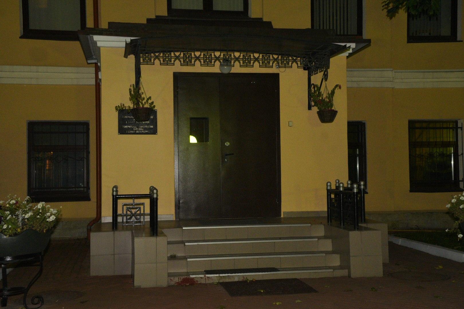 Безработный забросал шариками скраской генконсульство Украины вПетербурге