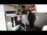 dar taytlı kız mutfakta fena sallıyor