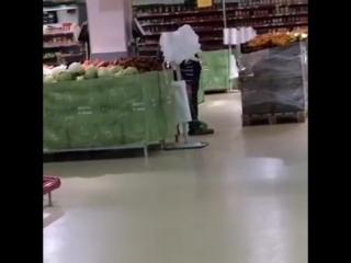 Как убирают грязь с полов в гипермаркете «Магнит»