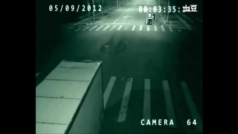 В Китае ангел спас человека от смерти, засняла скрытая камера на дороге