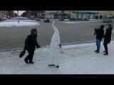 День борьбы со СПИДом на Урале: женщина атакует гигантский сперматозоид в самом центре Первоуральска
