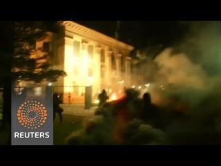 Посольство Параші закидали файерами та фейерверками, сьогоднішня ніч, Київ