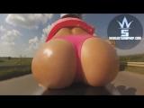 Девушка едет на мотоцикле и показывает свою попу ))))