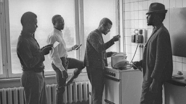 Студенты из краёв Африки на кухне общежития.